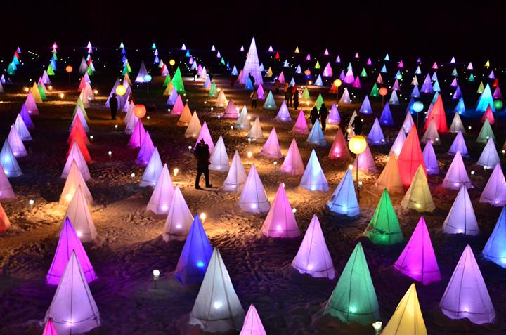 音楽に合わせて光の色や動きがドラマチックに変化する(©音更町十勝川温泉観光協会)