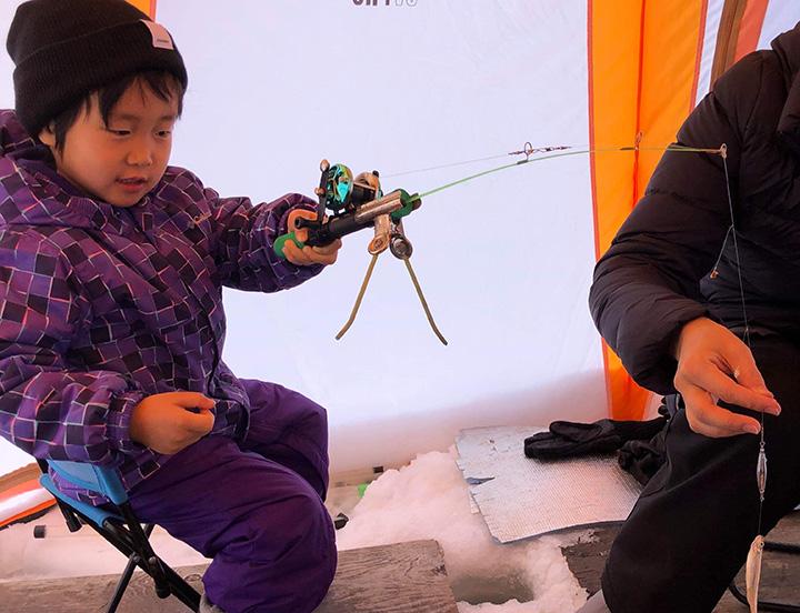 暖かいテントで座ったまま釣りができるので、子どもからお年寄りまで楽しめる