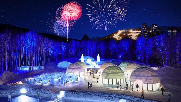 「アイスヴィレッジ」では毎日19時30分に花火が打ち上げられ、冬の夜空を華やかに彩る