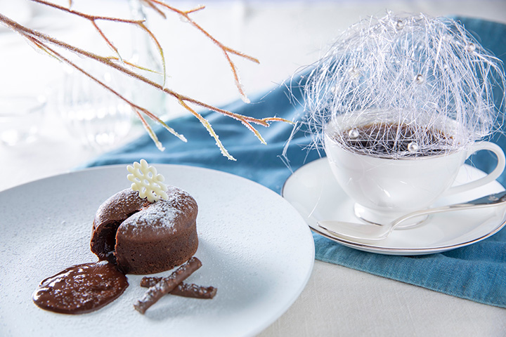 飴細工を添えた「霧氷コーヒー」500円、チョコレートがとろける「霧氷フォンダンショコラ」600円