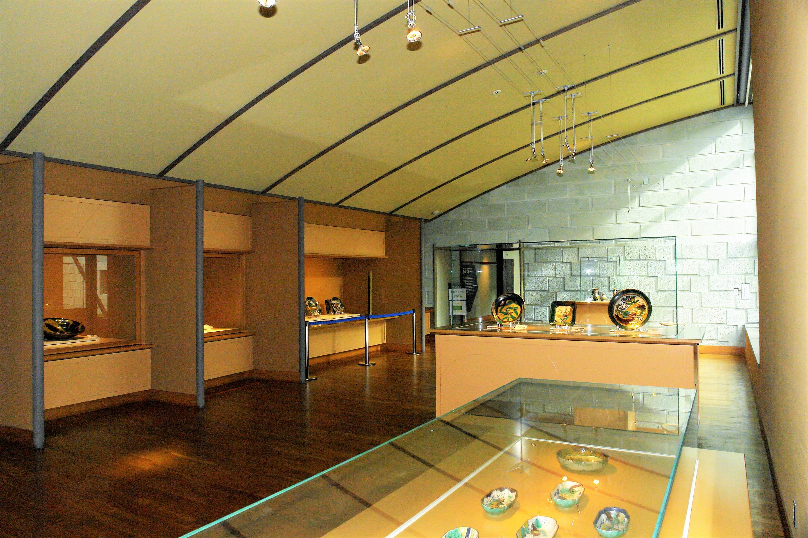 「青手の間」には、緑の色絵の具で絵付けされた作品を展示