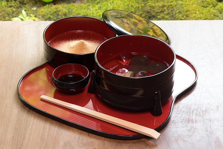 わらび粉100%使用の本わらび餅1,320円。ほうじ茶が付く