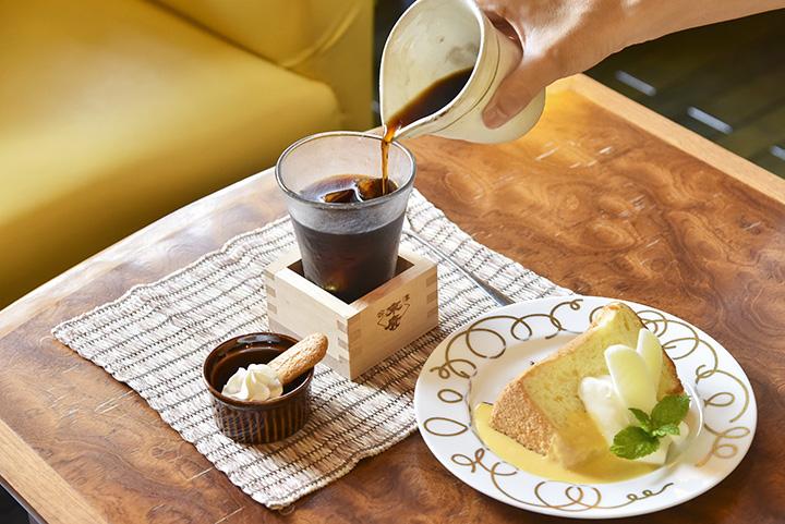 「仕込み水の水出しカフェ」620円、「大吟醸シフォンケーキ」520円(飲み物とセットで100円引き)