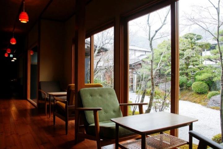 和モダンな空間に北欧のアンティーク家具が映える