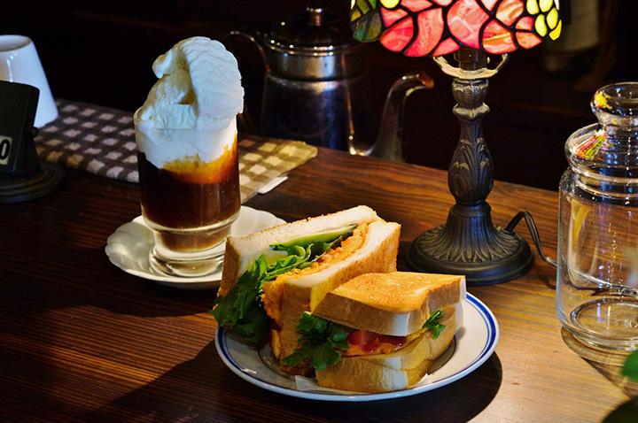 野菜たっぷりの「Eggトースト」500円、コーヒーフロート600円