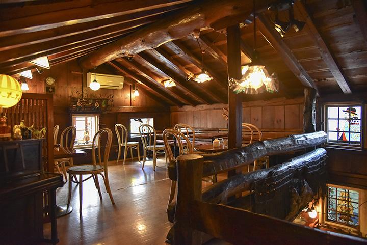 天井の梁が印象的な2階。温かみのある照明と鮮やかなステンドグラスが輝く