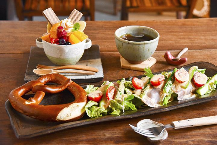 「サラダランチ」はドリンクとセットで980円。「フルーツアイスパフェ」550円