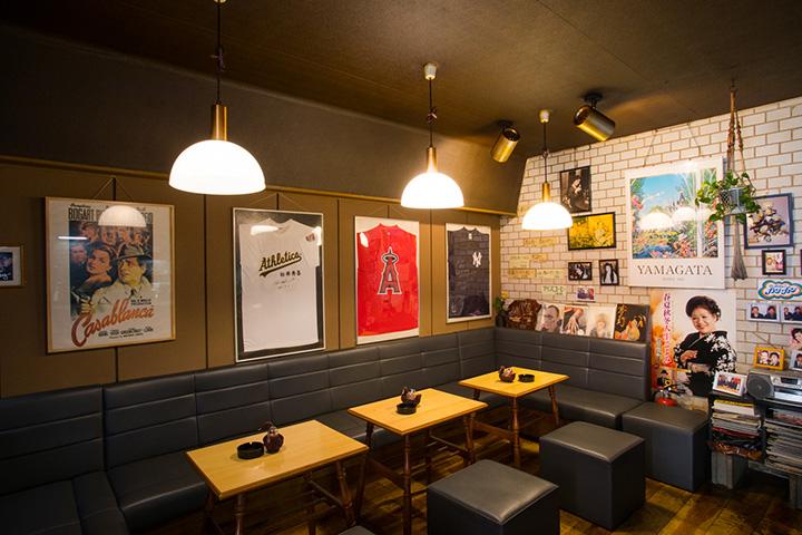 常連客が出演している映画や舞台のポスターが貼られた店内