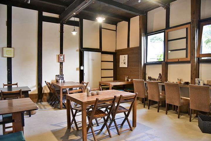 明治時代に建てられた会津本郷焼の作業場を改築した店内。近所の廃校からもらった机や椅子が並ぶ