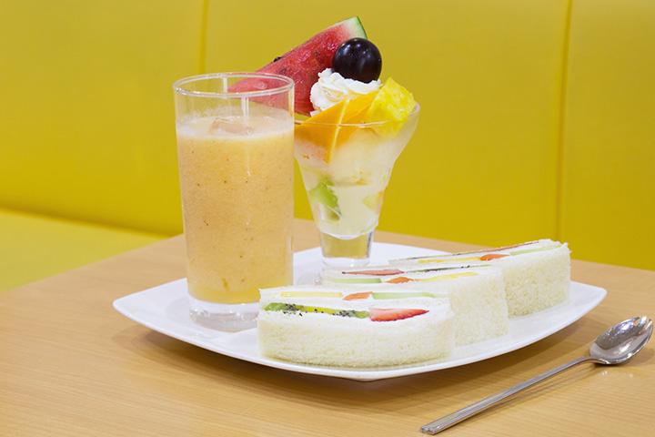 フルーツサンドにミックスジュースとミニフルーツパフェを取り合わせた「ミニパフェセット」1,210円