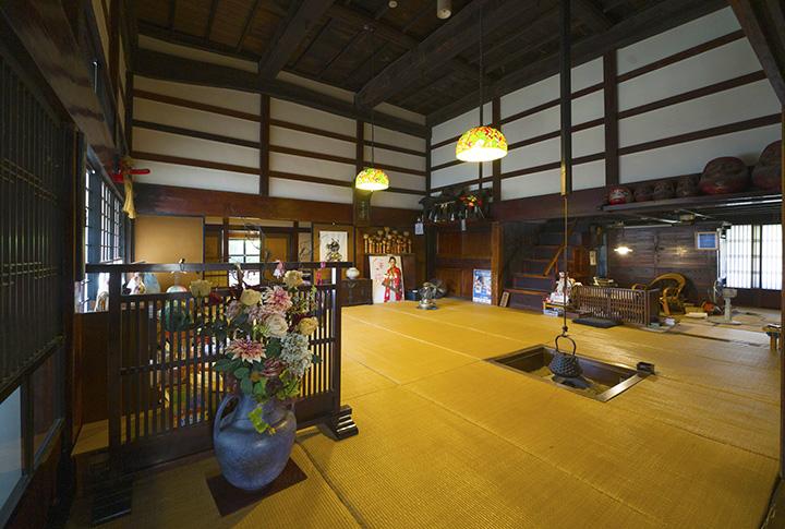 店内に入ると囲炉裏が目の前に。食事は奥にある32畳もの大広間で