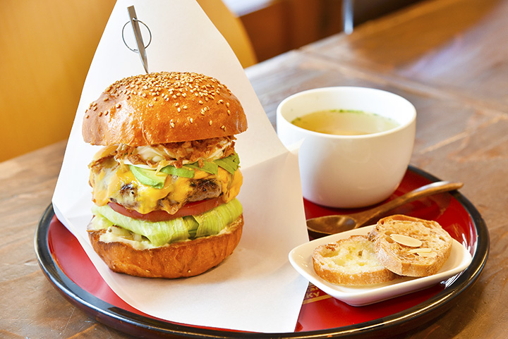 「会津美人(べっぴん)バーガー」はラスク付きで880円。ランチセットはプラス250円でスープ、ドリンクが付く