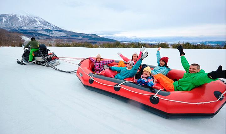 雪上を猛スピードで疾走する「スノーラフティング」