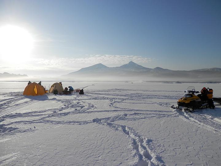 氷上の釣り小屋までは、スノーモービルで移動