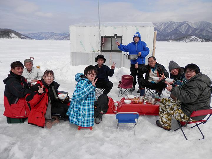 調理道具を持参すれば、釣ったワカサギで天ぷらなどを楽しむことも