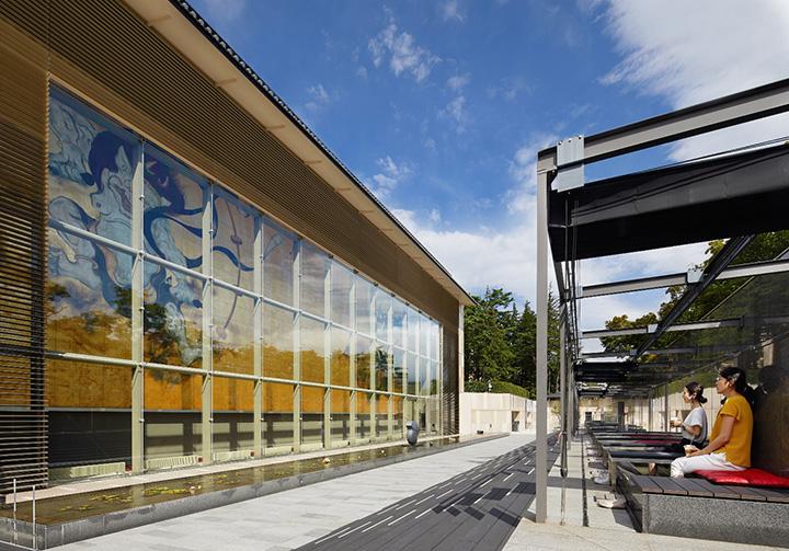 正面には縦12m、横30mの大迫力の壁画が。紺綬褒章を受賞した日本画家の作品。足湯は開閉式の屋根付き