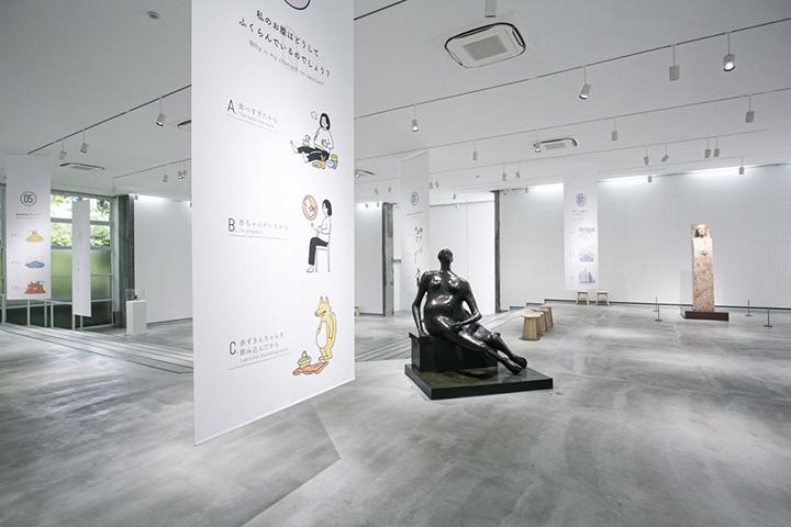 アートホールでの期間限定展示。作品の内容をクイズとイラストで表示する「よりみち美術館」(~2020年3月)