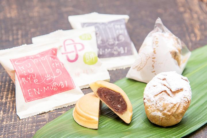 左から「九頭龍餅」120円、「焼きモンブラン」330円。バラ買いできる商品が多く、いろいろなお菓子を味わえると好評