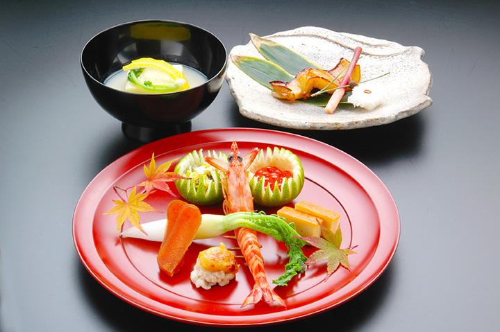 懐石料理は全8~9品。ランチのみの懐石料理「百合」5,000円(税・サ別)~など