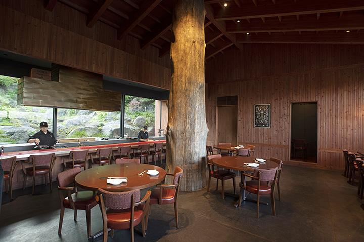 カウンター席では大窓に広がる石庭や、料理ができる様子を眺めながら食事ができる