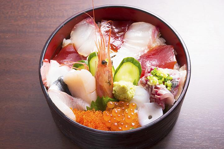 タイ、コハダ、カンパチ、アジ、タコ、マグロなどがのった「海鮮丼」1,500円。お椀付き