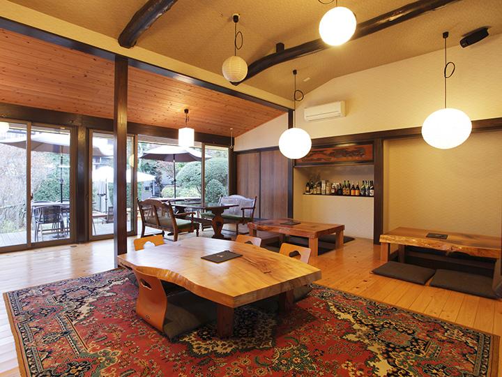 梁を露わにした天井は高く、広々した空間 写真提供©ヒトサラ