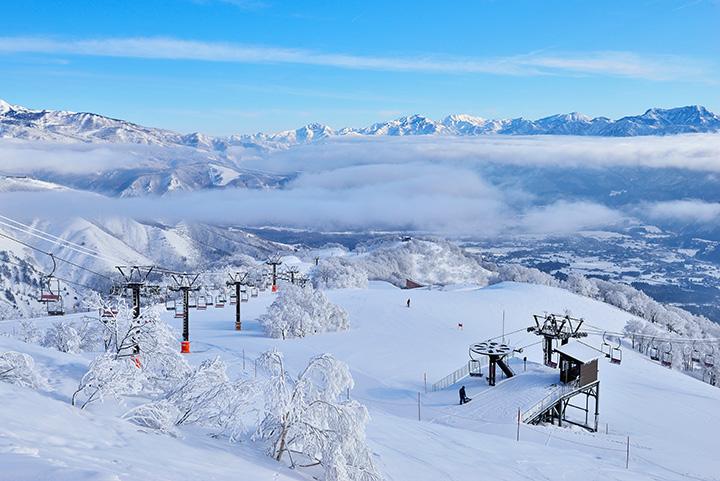 絶景を見ながら滑れる山頂ゲレンデ「アルプス平ゲレンデ」