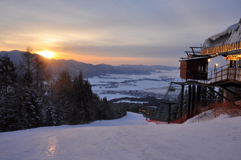 2020年12月26日(日)〜2021年3月20日(日)の毎週日曜に限り、早朝スキー「アサミネロ」が楽しめる