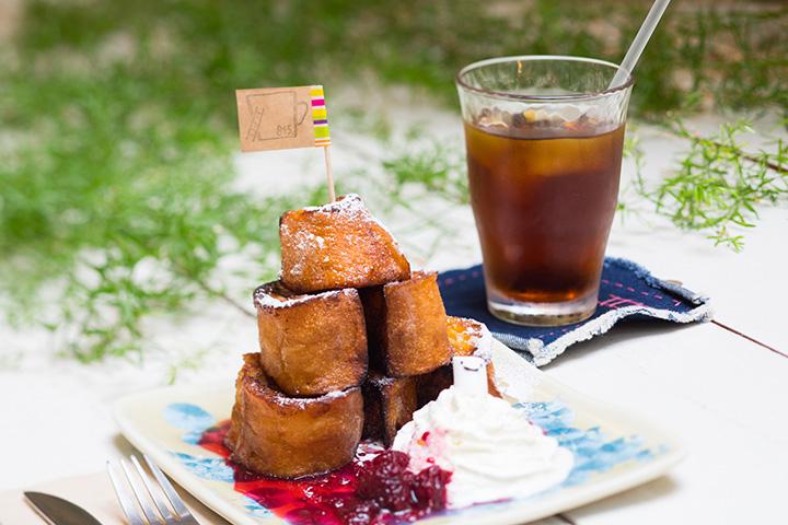 木苺ジャムのフレンチトーストセット700円(セットドリンク+300円)。手作りジャムとメイプルシロップの相性が絶妙