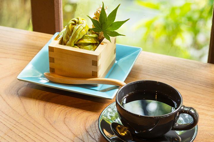 ブレンドコーヒー330円と、抹茶の「ひこばえサンデー」380円
