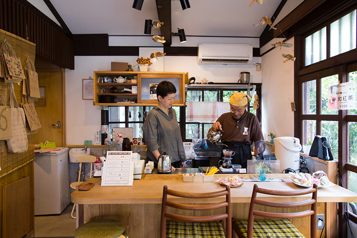 コーヒー豆の加工販売をする傍らカフェを営む