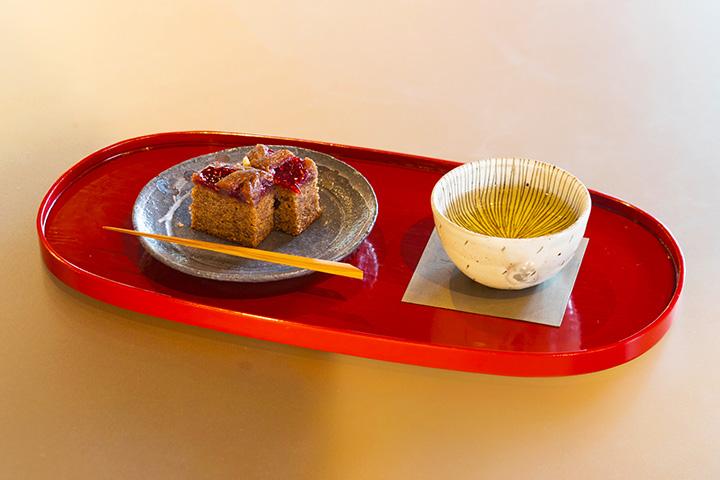 「ウィーンの焼き菓子リンツァトルテと煎茶の小さなお菓子セット」800円