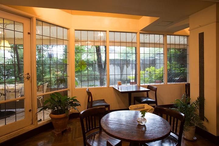手作りの透明ステンドグラス窓の向こうにテラス席も