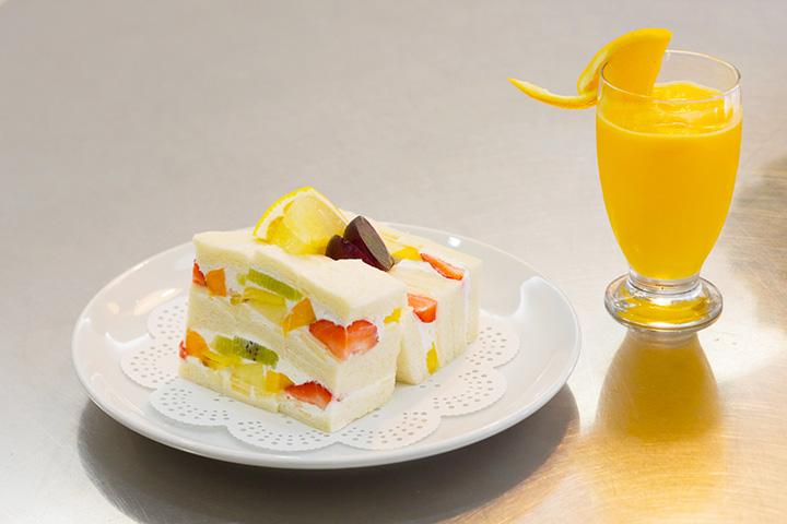7種類の果物が入ったフルーツサンド1,200円と100%フレッシュジュース700円