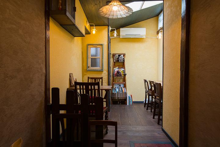 ウナギの寝床といわれる京町家をコツコツ改装して作った細長い店内
