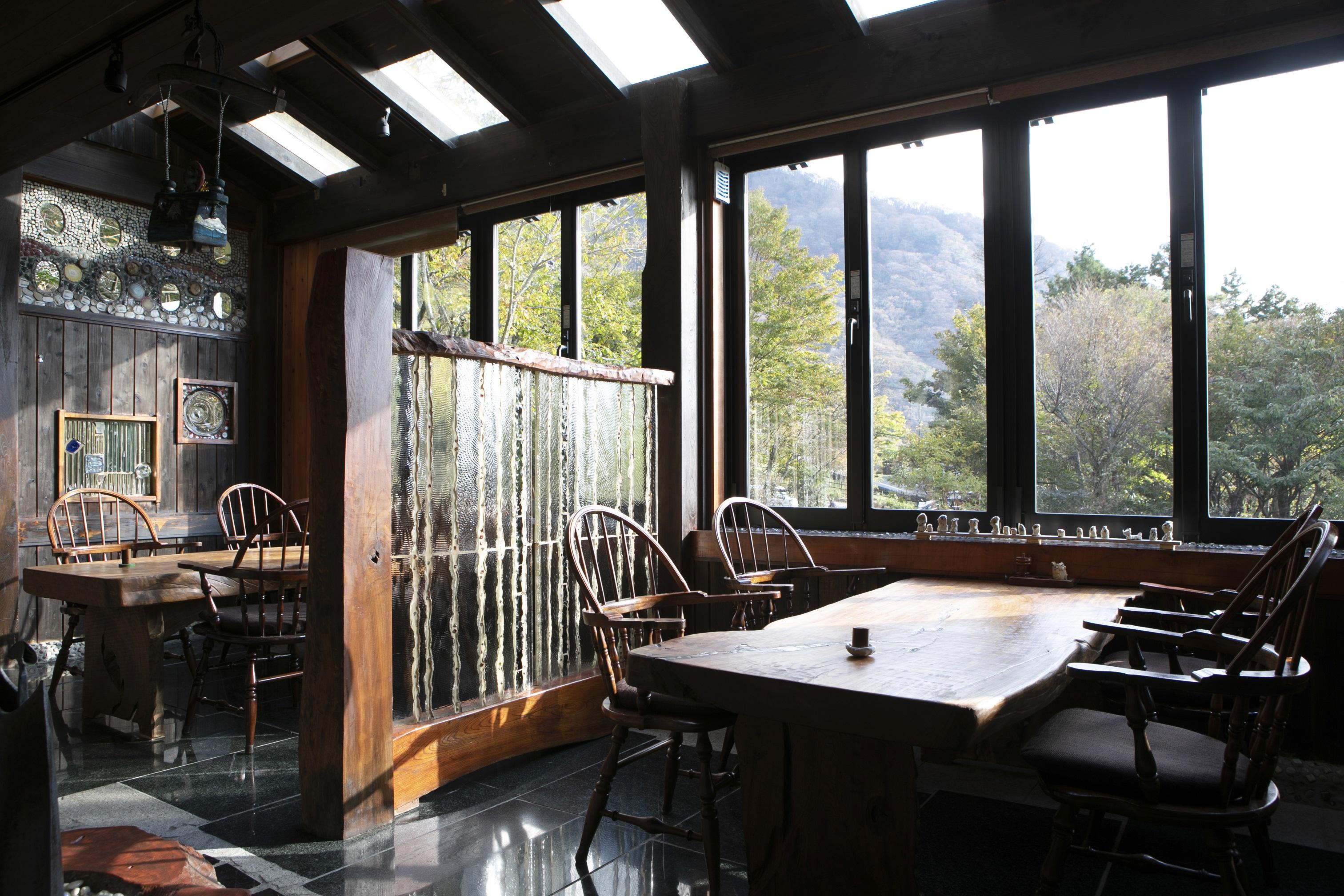 天窓からすりガラスの仕切りに至るまで、先代の趣向が凝らされている
