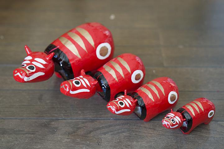 赤べこのサイズは7種類あり、一番小さなもの(長さ約10㎝)で600円~