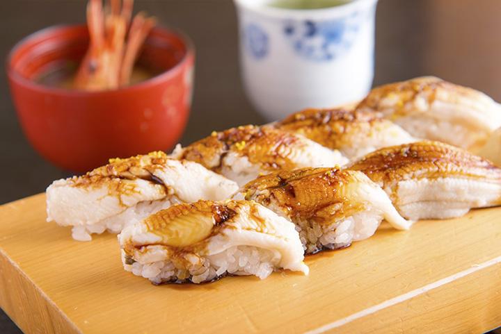 一番人気の「穴子寿司」2,300円(税別)。ボタンエビや甘エビなどの味噌汁付き(内容は日替わり)
