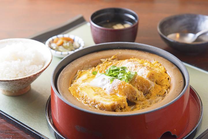 「豆腐かつ煮定食」1,380円(税別)はごはん、味噌汁、お新香付き