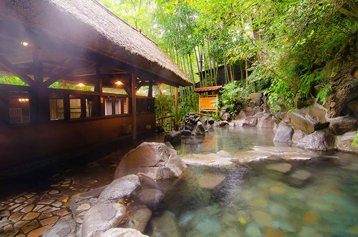 岩を配した女性用の露天風呂。自家源泉からは1日約50万ℓもの源泉が湧出