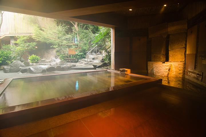 男性用の漆塗りの古代檜風呂。44℃という熱めの温度設定で、湯上がりは爽快感満点
