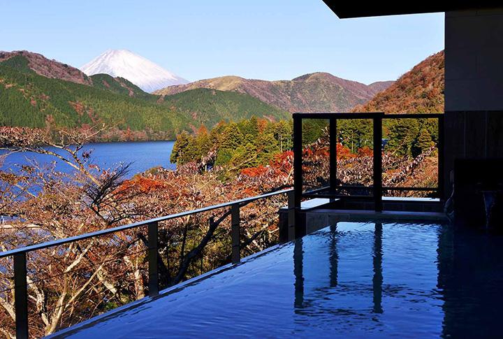 芦ノ湖や自然との一体感を楽しめる女性用の露天風呂。夕景も格別