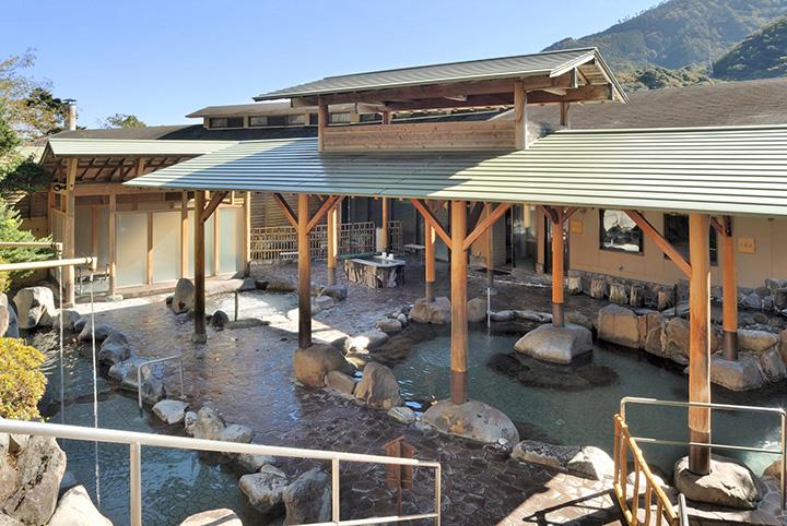 開放的な男性用露天風呂「風の湯屋」