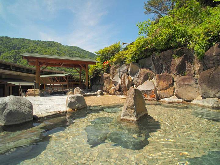 女性用露天風呂「月の湯屋」の岩風呂。木々の葉擦れや鳥の声にも癒されます