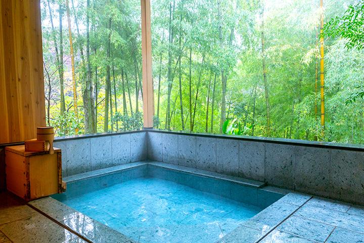 露天風呂「淀君の湯」。ナトリウム-塩化物泉の湯は体がよく温まり、湯上がりもポカポカ