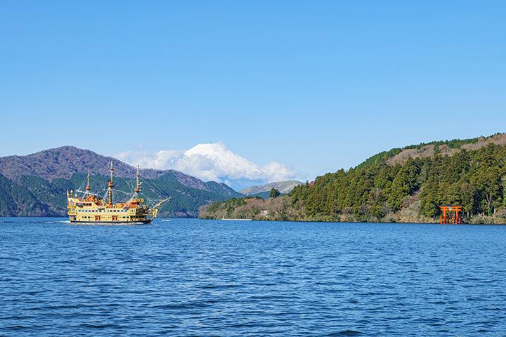 元箱根港側から富士山をバックに撮った一枚
