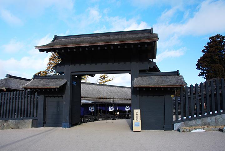 箱根関所で特に人気の撮影スポット「京口御門」。高さ6mもある重厚な門が、訪れる人を圧倒する