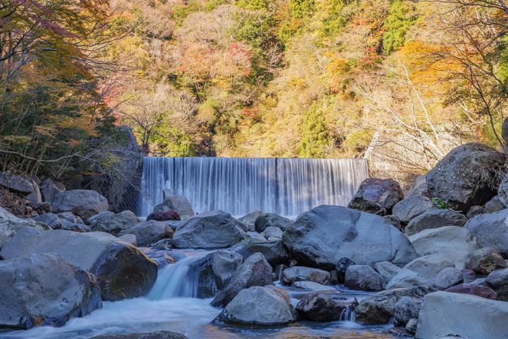 木賀温泉付近にある堰(せき)。至近の吊り橋から眺める景色は格別の美しさ