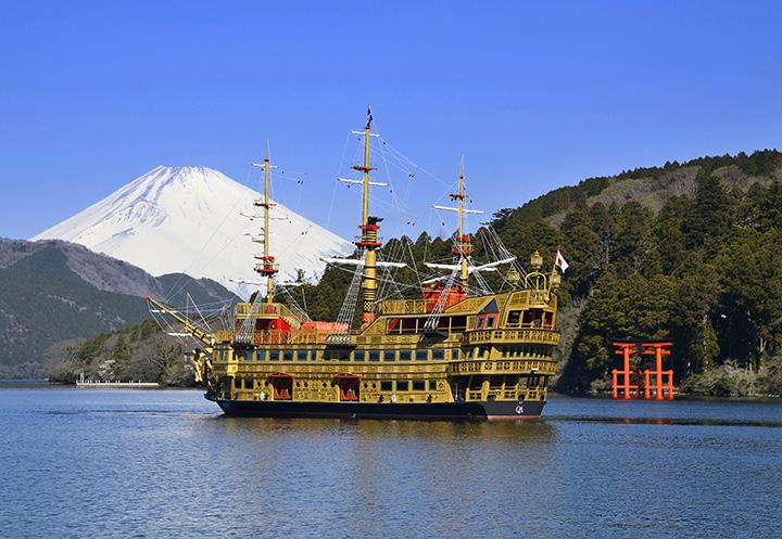 木材を豊富に使い、装飾性に富んだ「クイーン芦ノ湖」