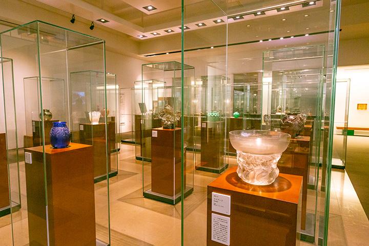 展示室はジャンルやテーマに沿って展開。展示替えや企画展なども随時実施